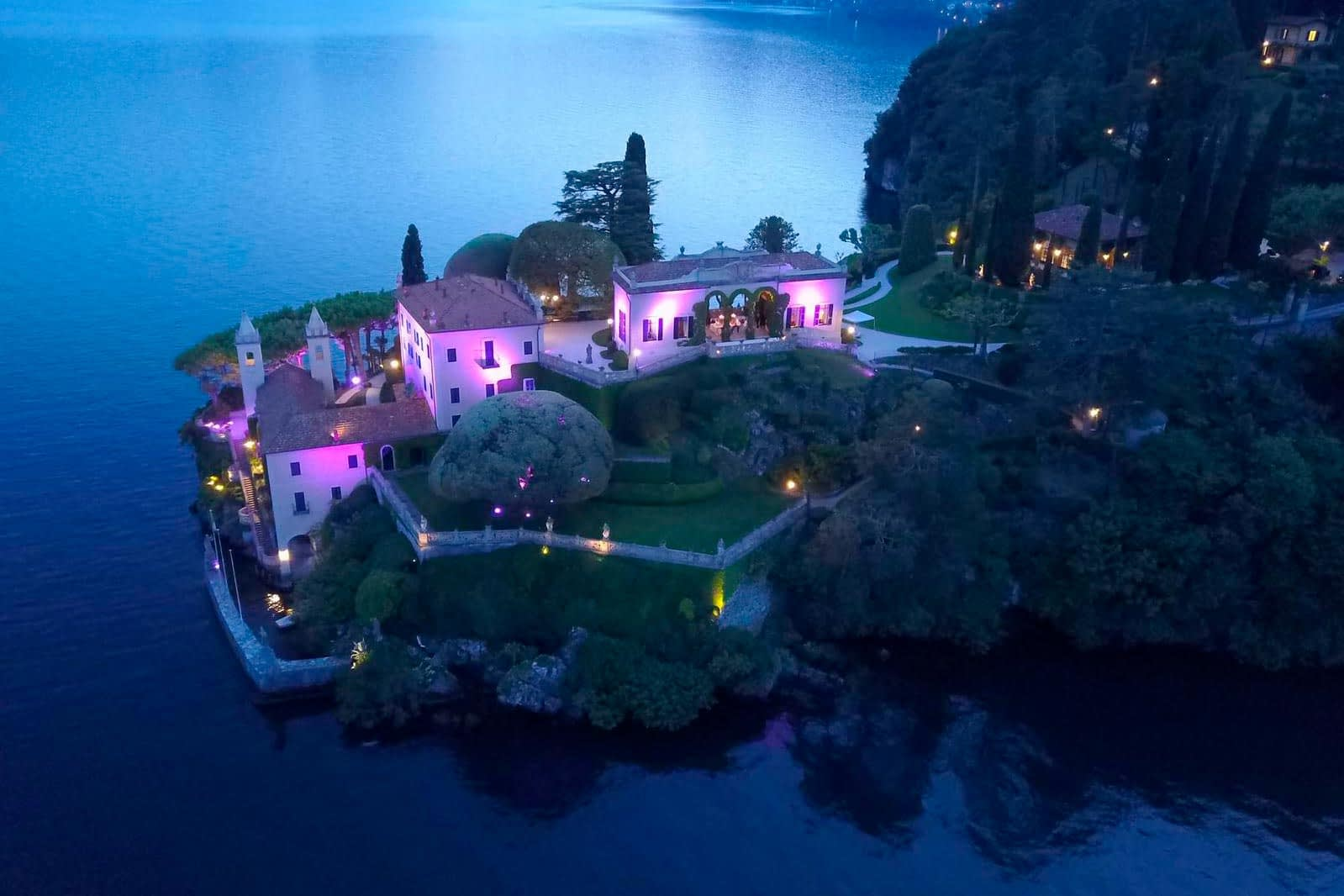Villa del Balbianello illuminata di rosa per Lake Como Christmas Light